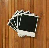 Tappningpolaroiden inramar på bambubakgrund fotografering för bildbyråer