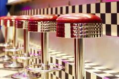 Tappningraden av metallstångstolar, inre, röd metall presiderar nära royaltyfri foto