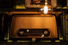 Tappningradio på en retro hylla royaltyfri fotografi