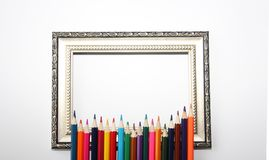 Tappningram för målningar och kulöra blyertspennor på en vit bakgrund royaltyfri foto