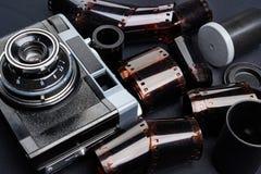 Tappningrangefinderkamera och rullar av den negativa filmen för färg Royaltyfria Foton