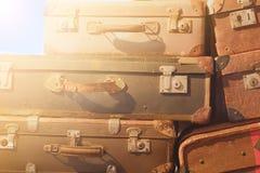 Tappningresväska - bunt av den gamla resväskan arkivfoton