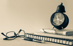 Tappningringklocka, anteckningsbok, monokel och penna arkivfoto