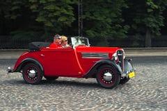 TappningRosengart bil på den retro granda prixen för springa för bil Leopolis Arkivbilder