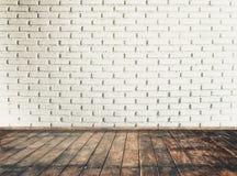 Tappningrum med tegelstenväggen och trägolvbakgrund Arkivfoto