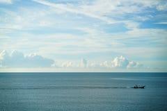 Tappningseglar träfiskebåten i havet med stor havs- och himmelbakgrund Arkivbild