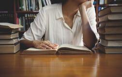 Tappningsignal av att läsa ett bokbegrepp arkivbild