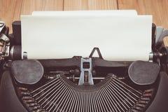Tappningsignal av den antika skrivmaskinen med det åldriga pappers- arket Arkivfoto