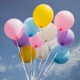 Tappningsignal av den färgrika partiballongen som svävar i mitt- luft arkivfoton