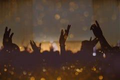 Tappningsignal av den kristna musikkonserten med den lyftta handen arkivbild