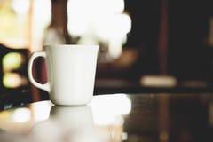 Tappningsignal av koppen kaffe på tabellen i kaffe arkivfoton