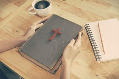 Tappningsignal av träkristenkorset på bibeln Royaltyfri Foto