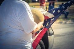 Tappningsignalveteran med USA-flaggan och WWI-hjälmen ståtar på Royaltyfri Foto