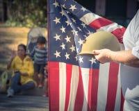 Tappningsignalveteran med USA-flaggan och WWI-hjälmen ståtar på Royaltyfria Foton