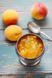 Tappningsilverbägare av persikadriftstopp Arkivbilder