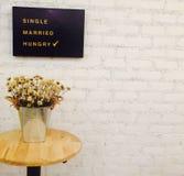 Tappningsilverhinken och torkar blomman i den vita tegelstenväggen Royaltyfria Bilder