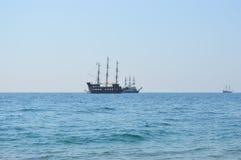 Tappningskepp på havet Arkivbild