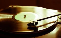Tappningskivspelare med vinyldisketten, närbild Arkivfoto