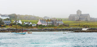 Tappningskonare segelbåt förtöjde nästan Iona Abbey Arkivfoton