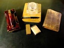 Tappningskrivbordet med färgpulverställningen, färgpulverabsorbatorn och ormen piskar plånboken royaltyfria bilder