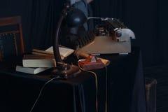 Tappningskrivmaskin, fotokamera och gamla tangenter på trätabellen nostalgiker royaltyfri fotografi