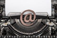 Tappningskrivmaskin och ett emailsymbol royaltyfri bild