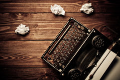 Tappningskrivmaskin och ett tomt ark av papper Arkivbilder