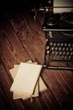 Tappningskrivmaskin och gamla böcker Fotografering för Bildbyråer