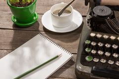 Tappningskrivmaskin på det gamla träskrivbordet Royaltyfri Fotografi