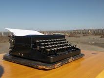 Tappningskrivmaskin på en trätabell som är handgjord på en bakgrund för blå himmel royaltyfri fotografi