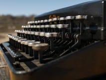 Tappningskrivmaskin på en trätabell som är handgjord på en bakgrund för blå himmel royaltyfria bilder