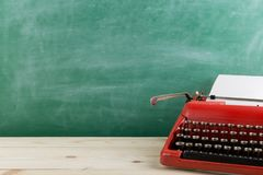 tappningskrivmaskin på tabellen med tomt papper - begrepp för att skriva, journalistik som blogging royaltyfri fotografi
