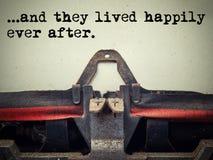 Tappningskrivmaskin som de bodde lyckligt någonsin efter text arkivfoton