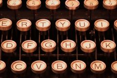 Tappningskrivmaskin som väntar på en roman royaltyfri foto