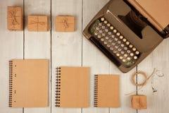 tappningskrivmaskinen, notepads, gåva boxas på den vita träbakgrunden royaltyfria bilder