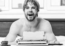 Tappningskrivmaskinsbegrepp Man som skriver den retro skrivande maskinen Manliga h?nder skriver ber?ttelse eller rapporten genom  fotografering för bildbyråer