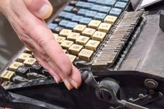 Tappningskrivmaskinstangenter som är fulla av damm arkivbild