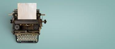 Tappningskrivmaskinstitelrad med gammalt papper fotografering för bildbyråer