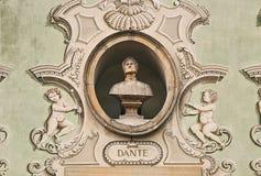 Tappningskulpturstående av Dante Alighieri på en fasad av en gammal byggnad i Bellinzona, Schweiz royaltyfri foto