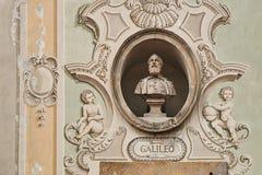 Tappningskulpturstående av Galileo Galilei på en fasad av en gammal byggnad i Bellinzona, Schweiz fotografering för bildbyråer