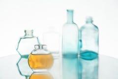 Tappningsmå medicinflaskor Arkivbild