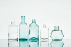 Tappningsmå medicinflaskor Royaltyfria Foton