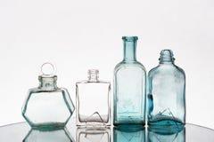 Tappningsmå medicinflaskor tömmer Arkivbilder