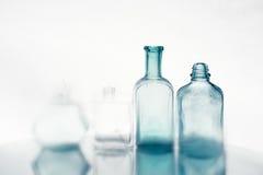 Tappningsmå medicinflaskor tömmer Royaltyfri Foto