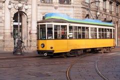 Tappningspårvagn på den Milano gatan royaltyfria foton