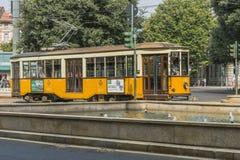 Tappningspårvagn på den Milano gatan royaltyfria bilder