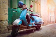 Tappningsparkcykeln står i en gränd Stolpeprocess i tappningstyl Royaltyfria Bilder