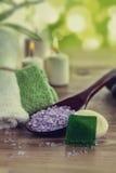 TappningSPAstilleben med aromatiska det salt bränningstearinljus-, sten-, handduk- och lavendelbadet Arkivfoton