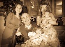 Tappningstående av den lyckliga familjen Arkivfoton