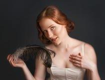 Tappningstående av den nätta kvinnan Arkivbild